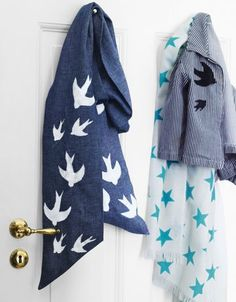 Une écharpe et une veste ornées d'hirondelles bleues, peinture textile / A scarf and a jacket decorated with blue swallows