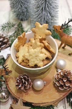 Zitronen-Schneeflocken Plätzchen. Buttrig, mürb und zart sind perfekte Zitronen-Schneeflocken Plätzchen - und zitronig natürlich. Dafür sorgen in diesem Rezept die Zitronenschale im Teig. Die Zitronensterne sind übrigens ganz einfach hergestellt und zergehen auf der Zunge. #weihnachtsplätzchen #zitronensterne #Zitrone #rezepte #weihnachten #backen #plätzchen Sweet Bakery, Cupcakes, Chef Recipes, Easy Peasy, Christmas Cookies, All You Need Is, Stuffed Mushrooms, Good Food, Favorite Recipes