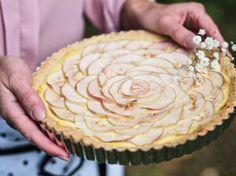 Kaunis Omenapiirakka Vaniljakreemillä on juhlapöydän kaunein piirakka, joka on leivottu muropohjasta, vaniljakreemistä ja kotimaisista omenoista.