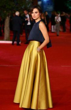 top en bleu foncé, jupe évasée jaune, robe chic pas cher                                                                                                                                                                                 Plus