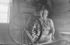 Barskin emäntä kehrää 1927, kuva Samuli Paulaharju