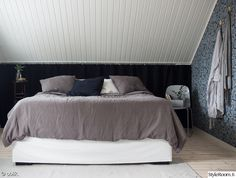 Oblik uudisti makuuhuoneensa! Värimaailma on yhdellä sanalla kuvailtuna täydellinen. #inspiroivakoti #kodinsisustus #makuuhuone Dark Blue Grey, Scandinavian Home, Bed & Bath, New Homes, Bedroom, Interior, Undercover, Furniture, Home Decor