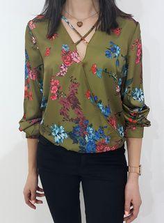 Kopertowa bluzka z kwiatowym wzorem.  Rękawy zapinane na guzik. W kroku zapinane na napy. Ottanta - sklep online Floral Tops, Spring, Outfits, Clothes, Collection, Women, Style, Fashion, Swag