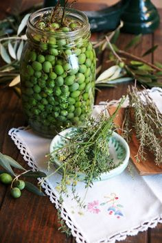 Olives amb herbes aromàtiques.. Olives, Sprouts, Vegetables, Food, Herbs, Essen, Vegetable Recipes, Meals, Yemek