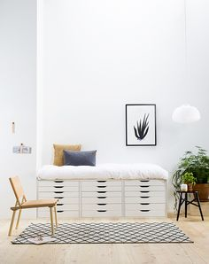 a daybed made up of three IKEA Alex drawer units is a great piece with much storage Small Home Office Desk, Small Home Offices, Ikea Storage Furniture, Diy Furniture Projects, Daybed Storage, Storage Drawers, Ikea Alex Drawers, Ikea Alex Desk, Drawer Unit