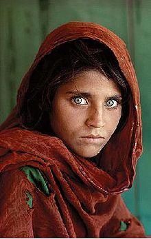 """fotografia tomada en 1985. en ella se presencia a una niña llamada """"Sharbat Gula"""" quien quedo huerfana durante el bombardeo de Afganistán y es enviada al campo de refugiados en Pakistán en 1984. en ese campo de refugiados, fue fotografiada por el fotógrafo Steve McCurry. se la titulo como """"Afghan Girl"""" y se convirtió en un símbolo tanto del conflicto afgano y de la situación de los refugiados en todo el mundo."""