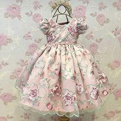 Vestido Via Flora for girls Baby Girl Frocks, Baby Girl Party Dresses, Kids Frocks, Frocks For Girls, Little Girl Dresses, Girls Dresses, Flower Girl Dresses, Baby Girl Fashion, Kids Fashion