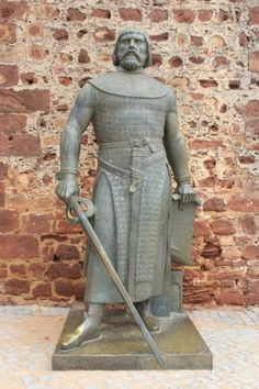 Statue of a knight at the Castle of Silves.(Wibke Carter) Algarve, Portugal