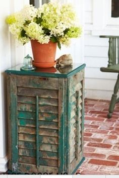 Upcycled Shutter Table - If you're lucky enough to salvage some old shutters, one way to use them is a side table. Shutter Table, Shutter Decor, Shutter Island, Shutter Door Ideas, Window Shutter Crafts, Shutter Shelf, Wabi Sabi, Build A Table, Diy Table