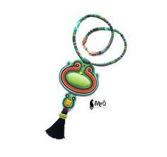 Naszyjnik wykonany metodą haftu soutache. Piękny i niepowtarzalny.   Materiał: howlity barwione, koraliki preciosa, taśma ozdobna pozłacane półfabrykaty , bawełniany sznur.  wymiary: długość sznura-53 cm , długość wisiora z chwostem 18 cm, szerokość 8.5 cm  Na odwrocie wykończony czarna naturalną skóra oraz na końcu zaimpregnowany.  W razie pytań proszę o kontakt :)