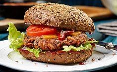 Noch nie war Veggie SO lecker! Gemüse-Rösti mit frischem Salat und Tomaten in würziger BBQ Sauce.