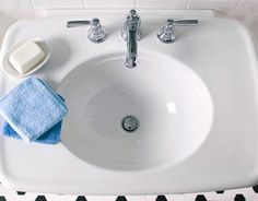 Kohler's Bancroft pedestal sink is paired with Bancroft faucets.