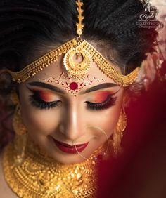 Bengali Bridal Kumkum/ Chandan Designs That Are Khuba Sundara! Bridal Makeup Images, Bengali Bridal Makeup, Best Bridal Makeup, Bridal Makeup Looks, Bridal Looks, Wedding Makeup, Indian Wedding Photography Poses, Makeup Photography, Indian Wedding Bride