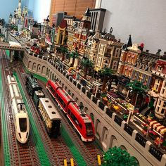 Lego City Train, Lego Trains, Lego Mecha, City Layout, Lego Display, Lego Sculptures, Lego Bedroom, Amazing Lego Creations, Lego Pictures