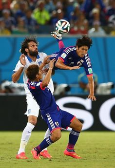 FIFA World Cup 2014 - Japón 0 Grecia 0 (6.19.2014) - El Nuevo Herald Atsuto Uchida of Japan competes for the ball with Giorgos Samaras of Greece during the 2014 FIFA World Cup Brazil Group C match between Japan and Greece at Estadio das Dunas on June 19, 2014 in Natal, Brazil. Mark Kolbe / Getty Images