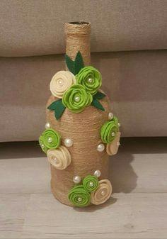 Discover thousands of images about Gostei muito dessa garrafa com este enfeite Wrapped Wine Bottles, Wine Bottle Vases, Glass Bottle Crafts, Diy Bottle, Jute Crafts, Diy And Crafts, Yarn Bottles, Art N Craft, Bottle Painting