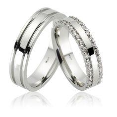Doua bentite laterale incrustate cu cate 30 de pietricele de zirconiu sau diamant de 1.50 mm caracterizeaza verigheta de dama din perechea ATCOM Lux VEDA.