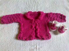 Casaco e sapato de bebê.Na cor pink, confeccionado em lã antialérgica.Veste de 00 a 06 meses.