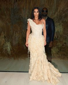 Kim Kardashian and Kanye West's PDA At The Vanity Fair Oscar After Party Red Carpet Is Unmissable – HungryBoo - Lombn Sites Kim Kardashian Kanye West, Kourtney Kardashian, Looks Kim Kardashian, Kim And Kanye, Kardashian Style, Kardashian Jenner, Kardashian Nails, Kim Kardashian Wedding, Kardashian Kollection
