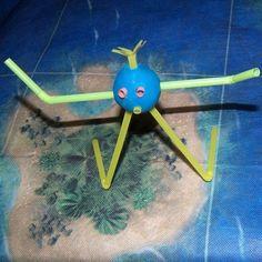 Fabriquer un personnage rigolo avec des pailles et de la pâte à modeler !! Disney, Symbols, Animation, Activities, Voici, Montessori, Icons, Animation Movies, Anime