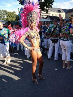 Sambatänzerin zeigt sich mit auffälligem Kostüm...