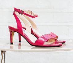 Weniger ist manchmal mehr, wie die Lacksandaletten in Pink zeigen. Die graziöse Form mit Riemen über den Zehen und Knöchelriemchen mit seitlicher Schnalle stellen Ihre Füße ins Rampenlicht und wirken besonders feminin. Das Modell Amali Jewel gibt es für 89,95 Euro bei Clarks. http://www.clarks.de/p/26114622