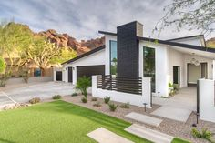 Beautiful updated mid-century modern Arizona home with black and white exterior. - Beautiful updated mid-century modern Arizona home with black and white exterior. Mid Century Modern Bathroom, Mid Century Modern House, Modern Exterior, Modern Backyard, Modern House Design, House Exterior, Mid Century Modern Landscaping, Mid Century Modern Interior Design, White Exterior Houses