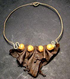 Collana in ottone con pelle & accenti di mache di ARTEPEL su Etsy, $65.00
