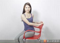 養身瑜珈老師Sisii強調,枕頭瑜珈操的優點在於活化腹部肌肉和延展上背肌群,可強化核心肌群。(攝影/洪毓琪)