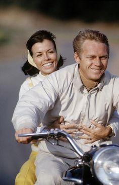 Steve McQueen en moto avec sa femme Neile © Copyright John Dominis