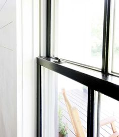 How to Paint Windows Black: No Taping Required - Plank and Pillow Painted Window Panes, Metal Window Frames, Black Window Trims, Metal Windows, Black Windows, Window Paint, Painting Vinyl Windows, Casa Rock, Interior Windows