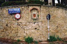 Volpaia.Una minúscula aldea medieval sobre una colina muy tranquila. Tiene una plaza central con una torre histórica y un restaurante con terraza para comer algo acompañado por el vino de la región. Cortona.En sus silenciosas calles se filmó la película Bajo el sol de Toscana. Se despliega sobre la ladera de una montaña y tiene …