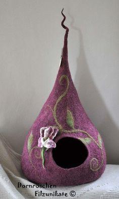 """romantische Katzenvilla """"Irisblüte""""Variation de felt art for cats and their server por DaWanda.com"""