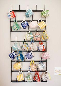 Make your coffee mug storage as unique as possible! Read this unique DIY coffee mug rack ideas! Hanging Mugs, Hanging Storage, Mug Rack, Colorful Wall Art, Colorful Decor, Deco Design, Design Design, Home And Deco, Organization Hacks