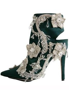 The latest tips and news on Manolo Blahnik are on Eclectic Jewelry and Fashion. On Eclectic Jewelry and Fashion you will find everything you need on Manolo Blahnik. Jimmy Choo, Zapatos Manolo Blahnik, Me Too Shoes, Women's Shoes, Fancy Shoes, Bootie Boots, Shoe Boots, Heeled Boots, Ankle Booties