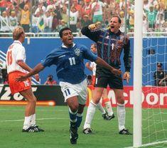 Copa de 1994 - O goleiro holandês Ed de Goey reclama do bandeirinha após levar gol de Romário nas quartas de final