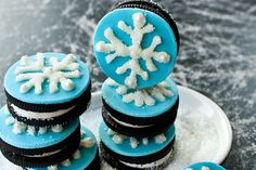 Quick and easy snowflake cookies recipe, made with simple ingredients like Oreos and white chocolate. Great dessert for Christmas and Winter parties. Christmas Treats To Make, Christmas Tree Cupcakes, Easy Christmas Cookie Recipes, Christmas Goodies, Christmas Candy, Christmas Desserts, Holiday Treats, Christmas Baking, Christmas Music