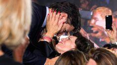 Justin Trudeau bacia la madre Margaret dopo l'elezione a primo ministro, Montreal, 19 ottobre 2015 (Justin Tang/The Canadian Press via AP) Phrase Choc, Margaret Trudeau, Trudeau Canada, Modern Feminism, Justin James, Display Family Photos, Election Night, Ted Kennedy, Acceptance Speech