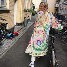 Eye Catching Women Uzbek Natural Cotton Coat Chapan Jaket Robe Decorated With Silk Embroidery Daily Fashion, Fashion Tips, Fashion Design, Crazy Fashion, Unique Fashion, Fashion Women, Bold Fashion, 80s Fashion, Colorful Fashion