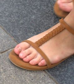 candid turkish girls feet and face: very natural candid toes of turkish girl