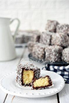 Lamingtony - Australijskie ciastka w kształcie kostki zanurzone w kakaowym lukrze i obtoczone w wiórkach kokosowych.