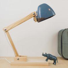 be21bd788 [DIY] Cómo hacer una lámpara de escritorio con un faro de tractor viejo  Hacer