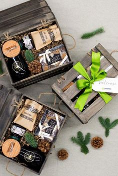 Best Corporate Gifts Ideas HOLIDAY GIFT BOXES// Custom designed brown and green holiday crates for corporate event, curated by Marigold & Grey Image: Lissa Ryan Photo Wedding Welcome Gifts, Wedding Gift Boxes, Gifts For Wedding Party, Wedding Favors, Wedding Cake, Party Gifts, Wedding Blog, Wedding Ceremony, Diy Holiday Gifts