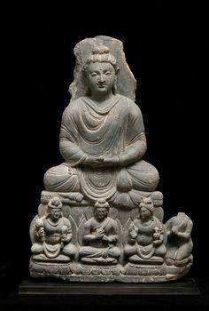 仏陀坐像 Seated Buddha Gray schist, A.D.3C, H.51cm, サリバロール(Sahri-Bahlol)出土 ほぼ完品で美しいものです。グレコ・ローマンの匂いが抜けてアジア化した時期のもので、これが中国に伝わるのだと思います。禅定印の仏陀の下には右に弥勒、左に観音菩薩を伴って中央にもう一人仏陀がいます。ガンダーラの中心地サリバロールの後期の作です。