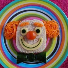 Sevimli palyaçomuz kahvaltımıza konuk olsun, karnımız hep doysun :) Her öğünü keyifli hale getirerek öğün atlamalarını ve ya masadan kaçmayı engelleyebiliriz. Cute Snacks, Cute Food, Good Food, Food Art Lunch, Amazing Food Art, Food Art For Kids, Creative Food Art, Food Carving, Art Drawings For Kids