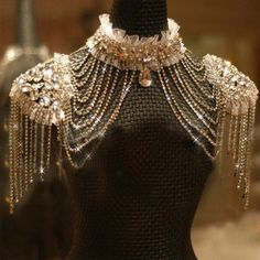Novo Estilo Epaulet Jaqueta De Cristal Jóia Colar Jaqueta De Casamento Vestidos De Noiva Vestido De Vestido – Jóias com Diamantes para Engajamento Shoulder Necklace, Shoulder Jewelry, Pin Up Outfits, Crystal Jewelry, Diamond Jewelry, Crystal Necklace, Necklace Chain, Bridal Necklace, Chain Jewelry