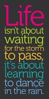 """""""A vida não consiste em esperar a tempestade passar, mas sim em aprender a dançar na chuva."""""""