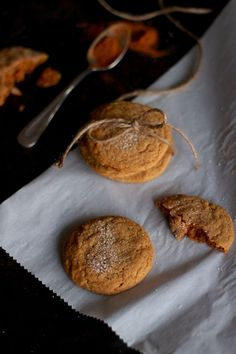 Mes nouveaux biscuits seront parfaits pour remplir le bedon du Père Noël (ou de ses lutins, c'est selon). Gageons qu'ils deviendront ses préférés cette année! // Ma recette de biscuits moelleux aux épices et à la mélasse est disponible sur le blogue www.petitevanille.com #cookies #biscuits #mélasse #épices #foodblogger #lactosefree #recipe