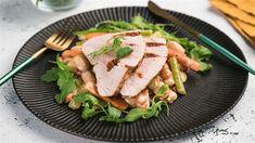 Upečte si morčacie prsia špikované sušenými paradajkami a slaninou podľa Marcelovho receptu. Salmon Burgers, Sandwiches, Ethnic Recipes, Food, Hands, Essen, Meals, Paninis, Yemek