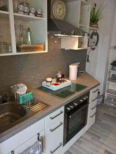 Küche: Hier muss die graue Rückwand noch beklebt oder überstrichen werden!
